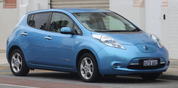 2017_Nissan_LEAF_(ZE0_MY17)_hatchback_(2018-11-02)_01